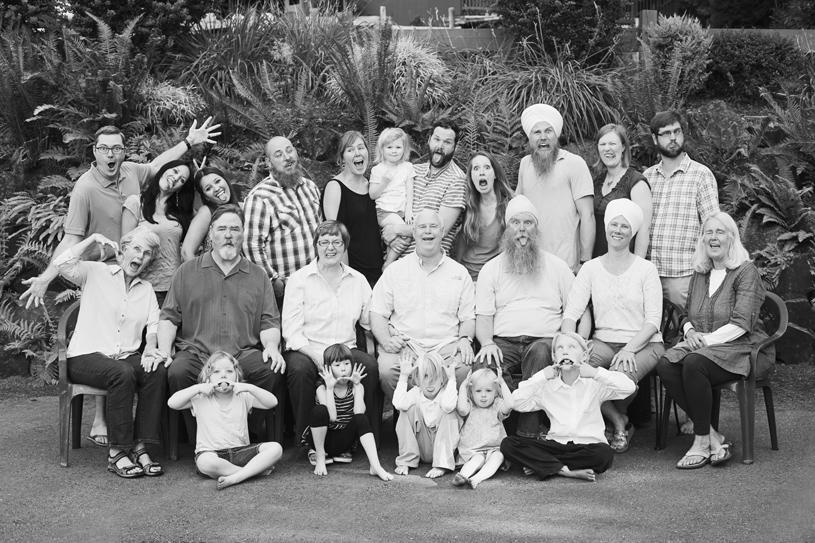 whole-family-reunion-photo-outside-ferns-greenery-lake-seattle-portland-photographer