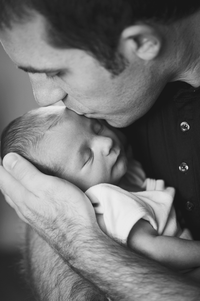 dad-kissing-newborn-son-black-and-white
