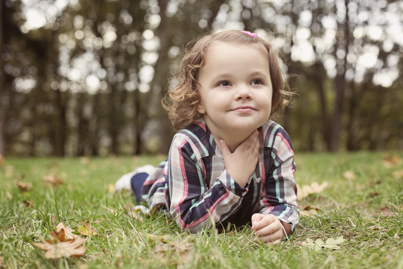 laying-in-grass-little-girl-portrait-park-autumn